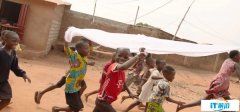 比尔盖茨谈论对抗疟疾武器:让蚊帐覆盖整个国家